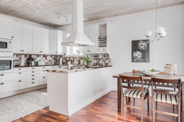 Härlig villa 6 rum med herrgårdskaraktär och underbart pooldäck.