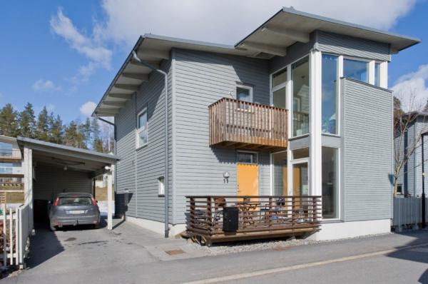 Villa med två uteplatser och modern elegans.