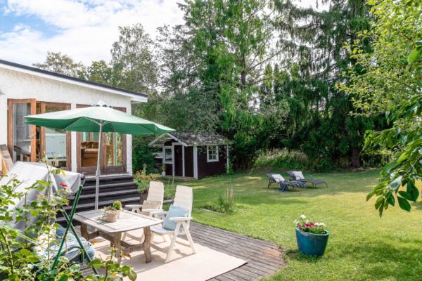 Rymlig 30-talsvilla med ovanligt fin trädgård.
