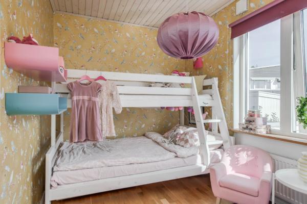 Rymligt och välplanerat hus med 5 sovrum och solig hörntomt.