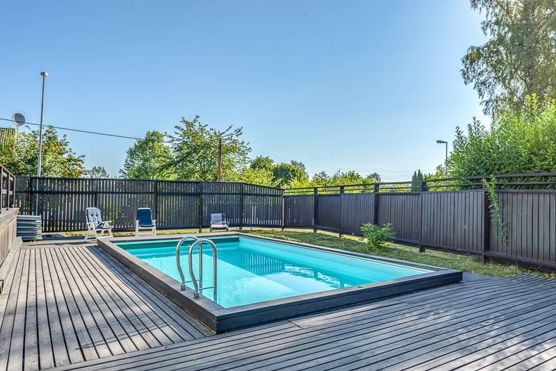 Ljus villa med pool och öppen spis