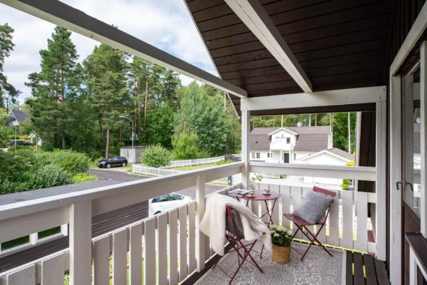 Smakfull och sällskaplig familjevilla om 6 rum och vacker anlagd trädgård.