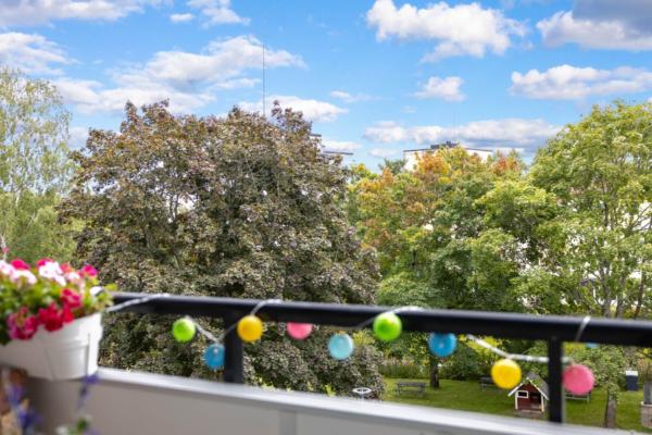 Superfin 3:a med stor balkong i naturnära läge.