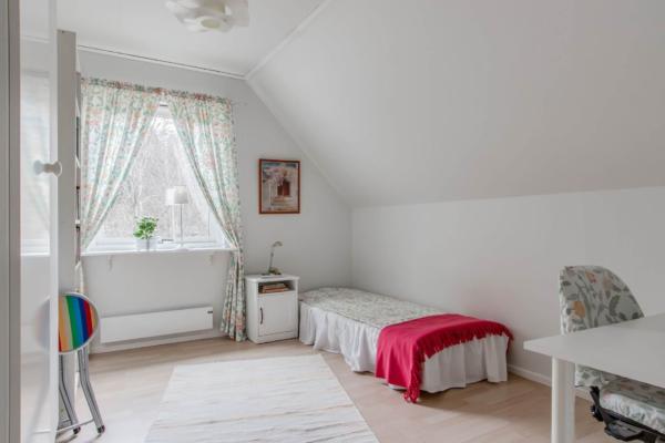 Välbyggd villa 7 rum med insynsskyddad trädgård