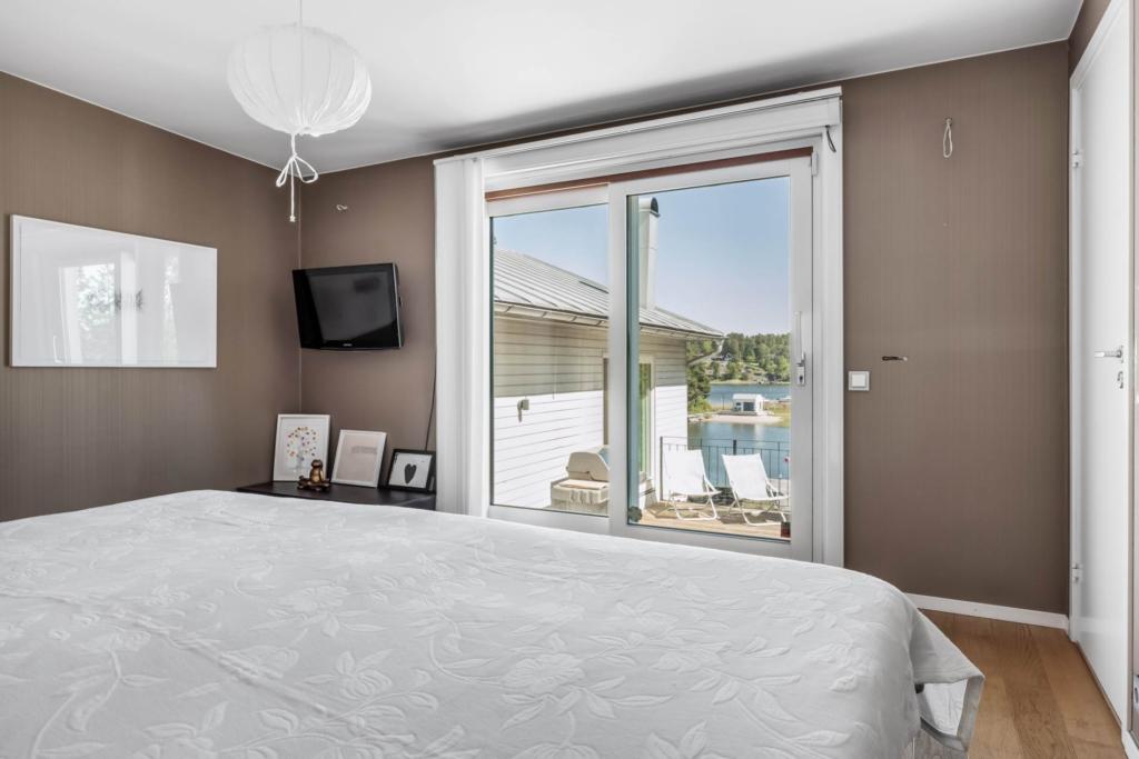 Arkitektritad villa på sjötomt med egen brygga, gästhus och relax!