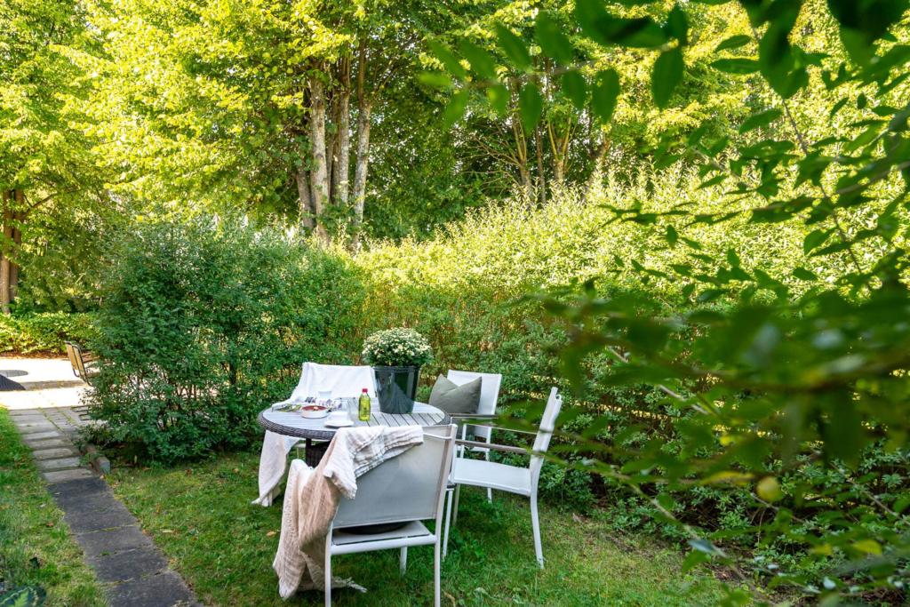 Trea med solig uteplats i lugnt och attraktivt område.