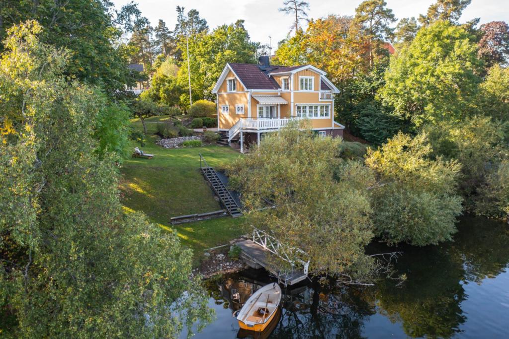 Villa Tallmon, stor sekelskiftesvilla 10 rum med sagolik sjötomt!